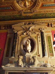 暖炉の上の大理石彫刻だけで、2mはある。