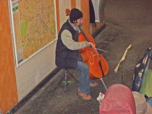 生活苦が或るのか、寒そうなチェロ奏者