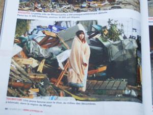 3月末の時事週刊誌は、この同じ写真の表紙になった。災害地に毛布をかぶって呆然とたたずむ娘。