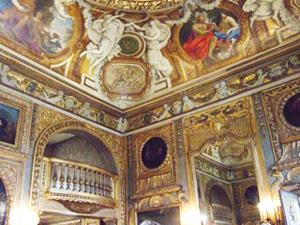 サロンの2階の金のバルコニーから音楽演奏が行われる