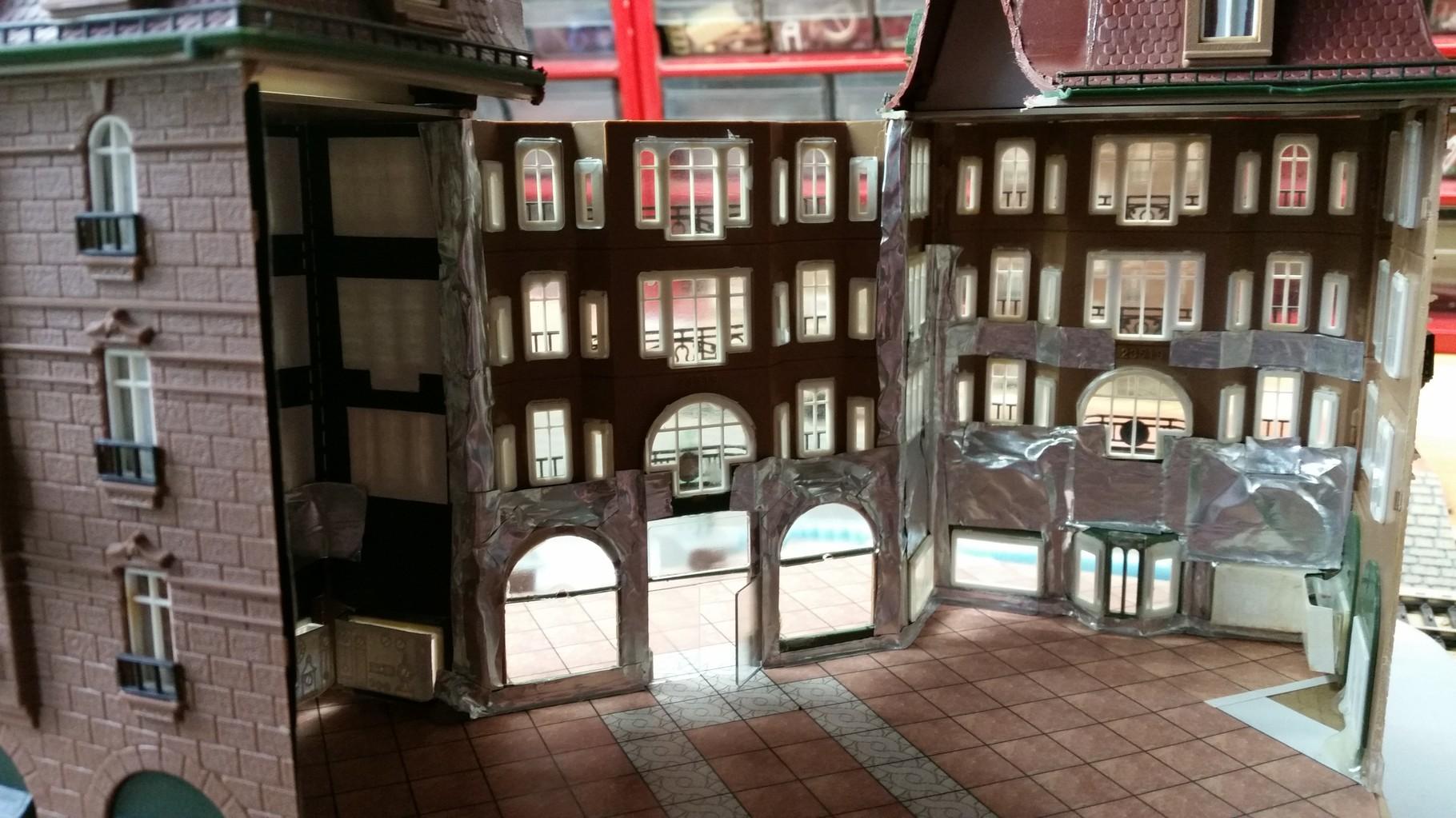 Da das Gebäude von innen mit viel Beleuchtung ausgestattet wird ist es wichtig, dass das Licht nicht durch die Wände durchstrahlt. Dafür verwende ich Aluklebeband, dies klebt sehr stark, lässt sich gut zuschneiden und lässt absolut kein Licht durch :)