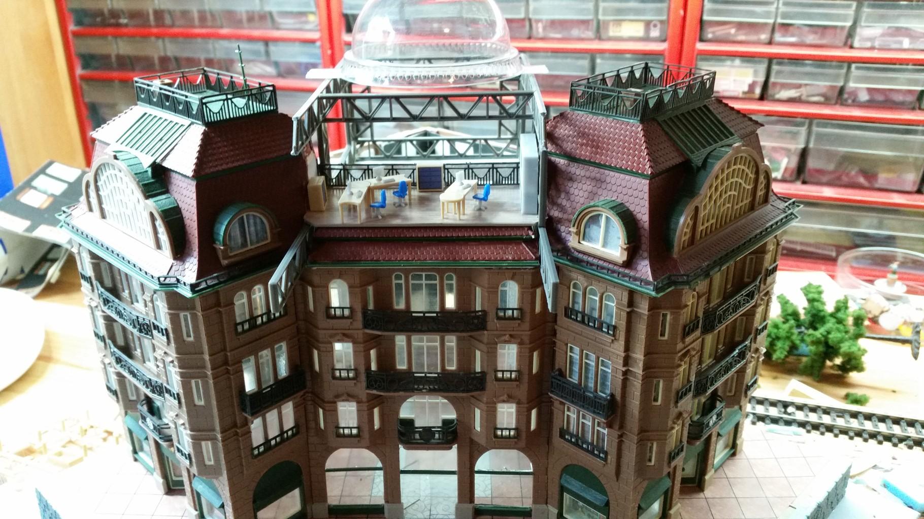 """Die Glasfront des Büros und die Glaskuppel über dem EKZ-Innenhof werden angepasst. Die Glaskuppel ist der Deckel eines """"...to go-Getränks"""" ;-)"""
