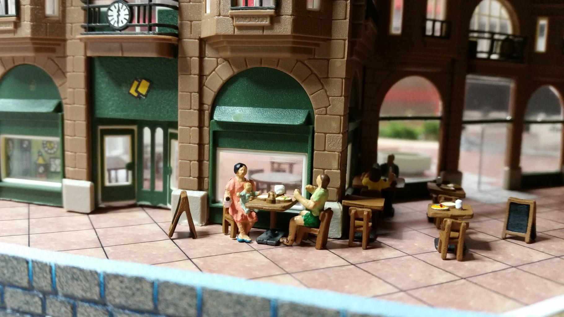 Der Vorplatz des EKZ wird durch ein Café belebt und lädt nach dem Shopping zum Verweilen ein :)