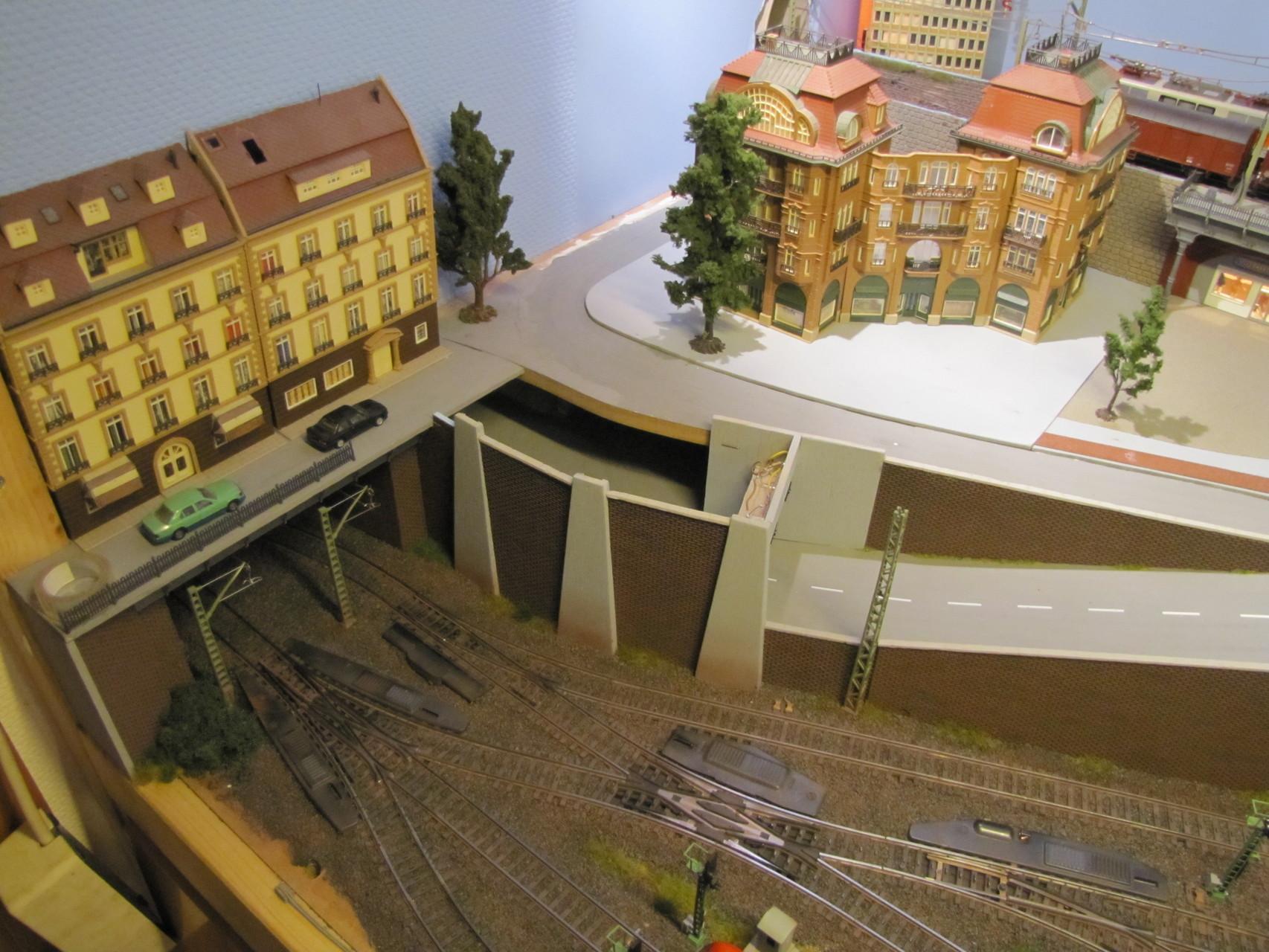 Wie alle meine Gebäudemodelle ist auch das EKZ auf einer dünnen Platte gebaut, welches gleichzeitig den Bürgersteig bildet... Links neben das EKZ wird das Parkhaus gebaut und grenzt dann an die kleine Häuserzeile an :)