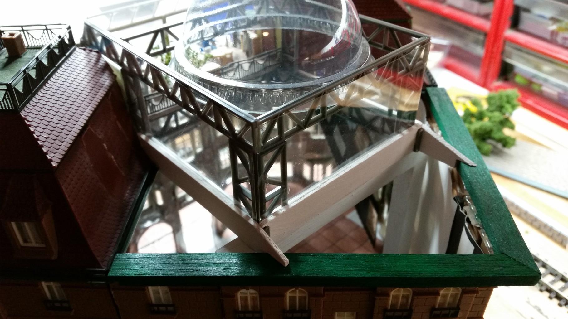 """Die """"schwere"""" Glaskuppel wird von Stahlträgern getragen (aus einem alten Brückenbausatz)"""