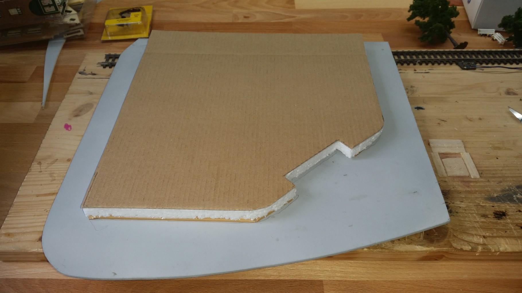 Aller Anfang ist schwer :D Das EKZ sollte leicht erhöht stehen, daher wurde dieses Plateau zunächst aus Styropor und Pappe gebildet.