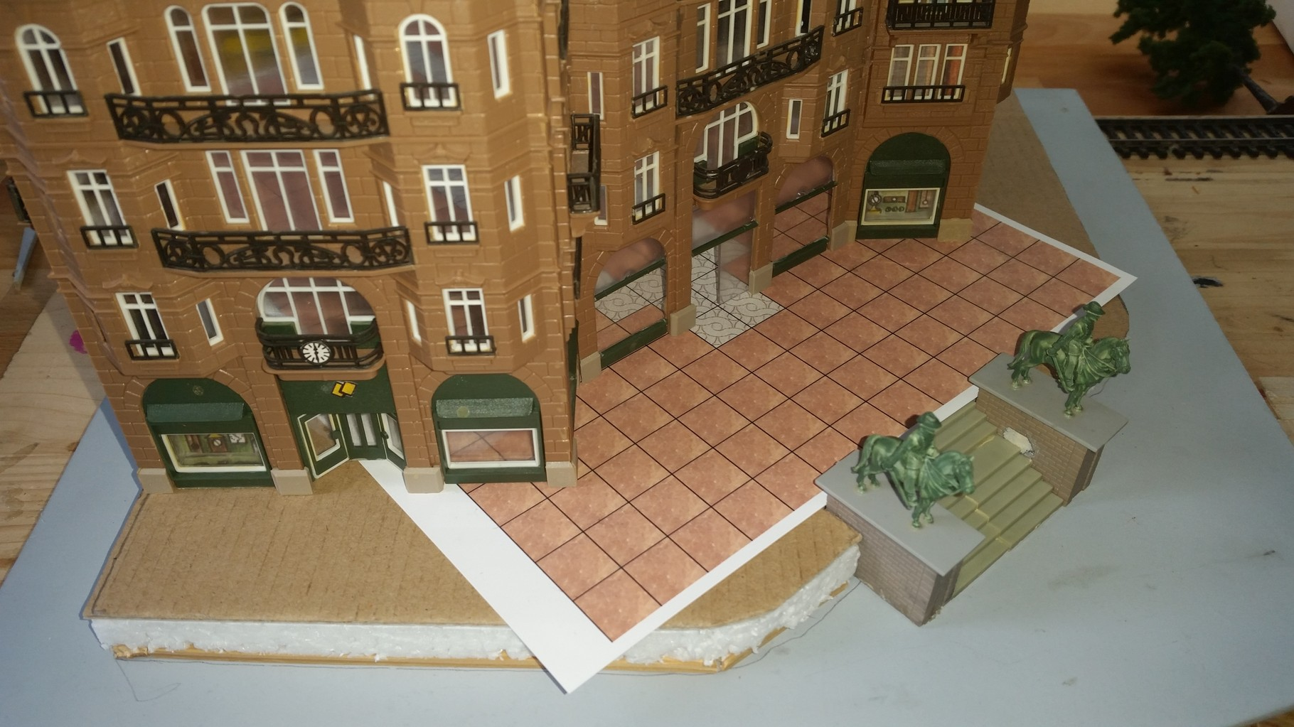 Erste Stellprobe mit den einzelnen Gebäudeteilen und Ausrichtung der Bodenplatten.