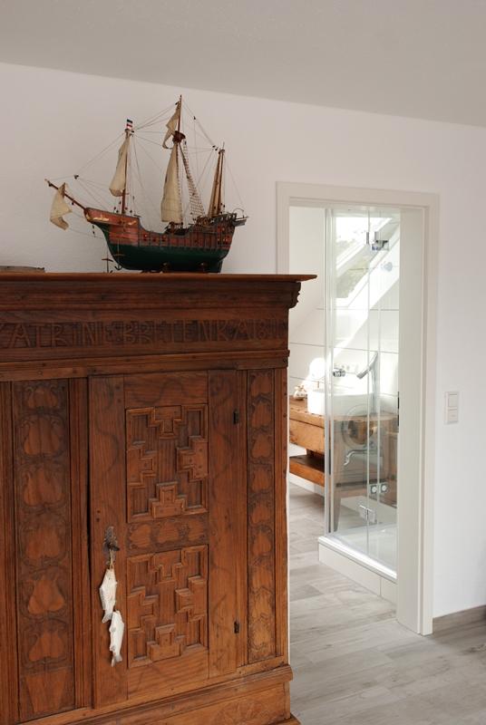 In diesem Schrank von 1811 erwarten Sie Bücher, Obstler, Gesellschaftsspiele und mehr...