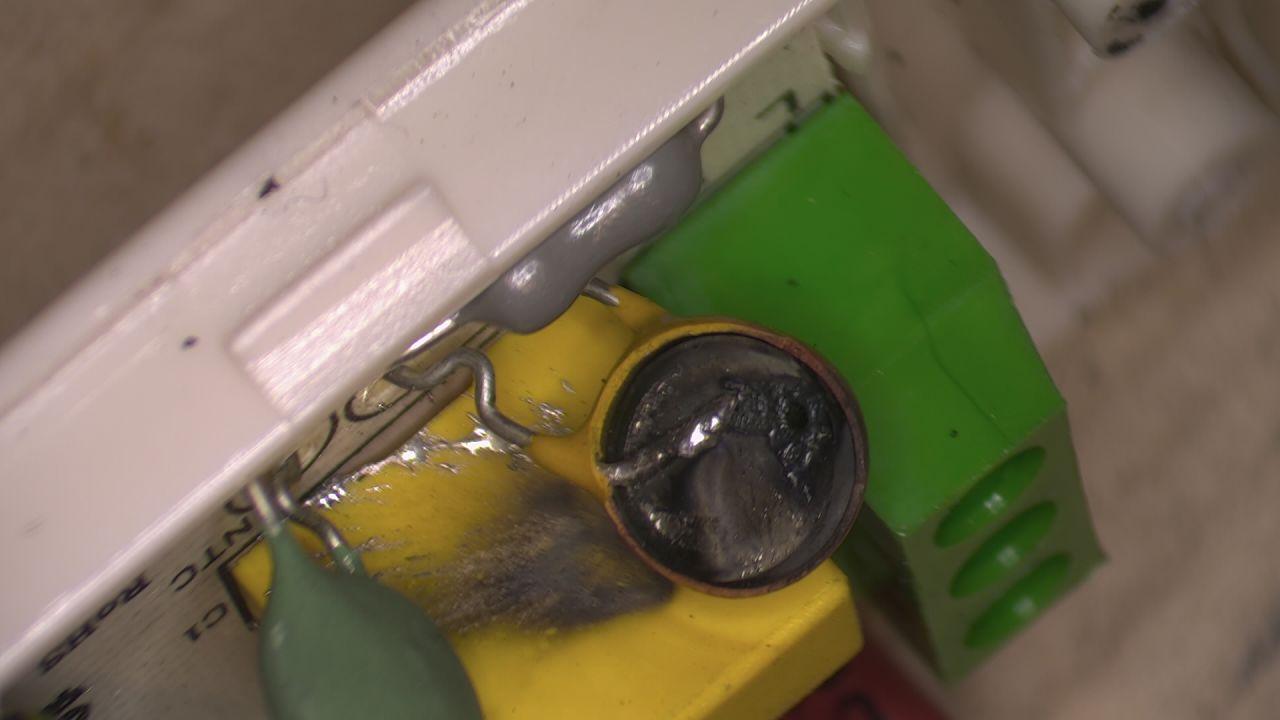 Defekter Varistor nach einem Kurzschluss in einer Trafostation