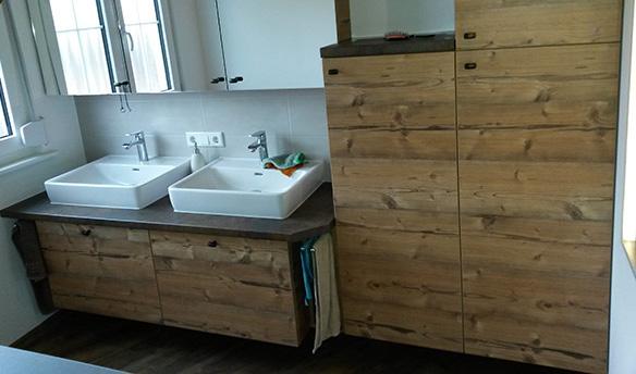 Waschbecken mit Unterschrank und Spiegel von vorne