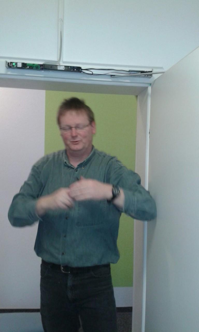 Unser Ortsbrandmeister kämpft mit den Brandschutztüren. (Rüdiger Welmert)