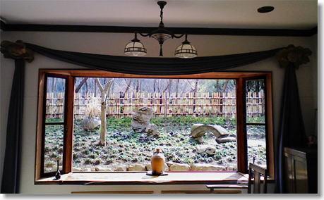 フロント脇の大きな窓より庭園を望む