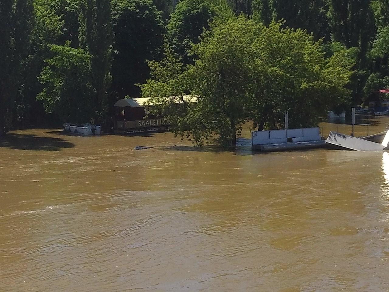 Kröllwitzer Brücke - Die Hütte, welche am 3.06 noch zu sehen war ist nun komplett unter Wasser