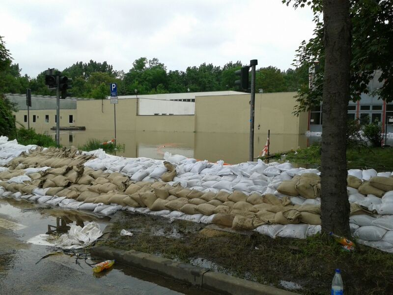 Eisporthalle steht bereits Knietief unter Wasser