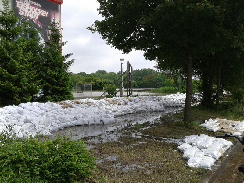 Nur noch große Sandsackbarrieren sichern Neustadt vor der Überflutung