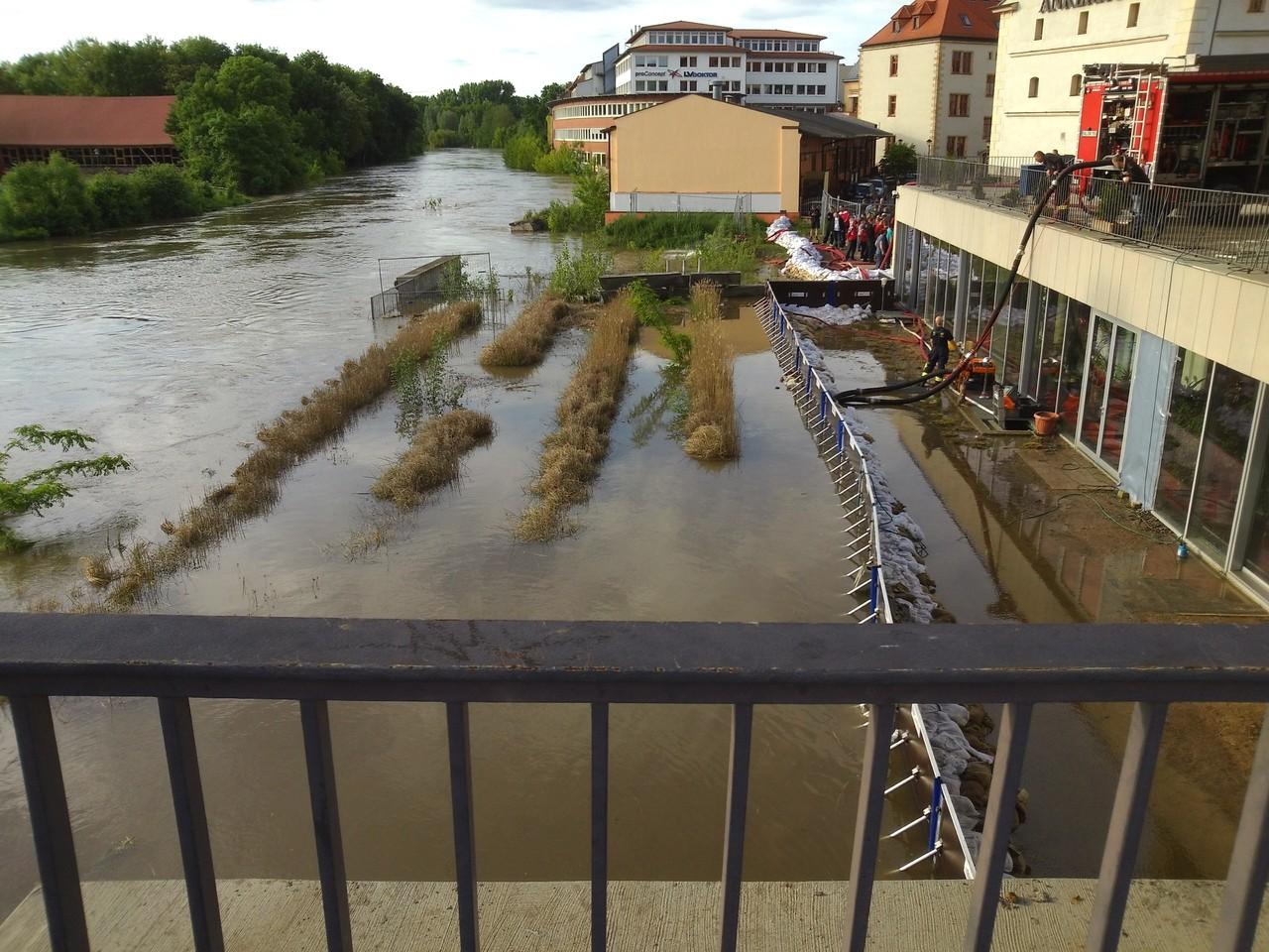 Mansfelder Brücke - noch hält die Spundwand bereits einen Tag später wird sie von den Fluten eingerissen und das Multimediazentrum geflutet