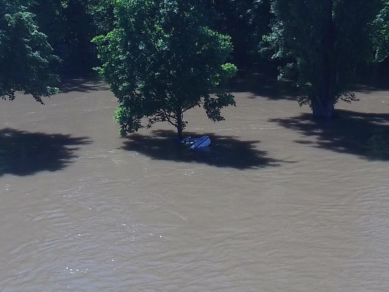 Kröllwitzer Brücke - Das Boot ist fast komplett untergetaucht