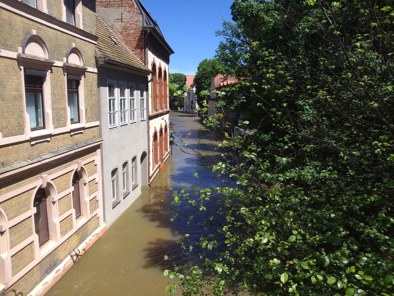 Talstraße neben der Kröllwitzer Brücke - Die erste Etage steht komplett unter Wasser, die Fenster oberhalb des Wassers sind eigentlich die 2 Etage