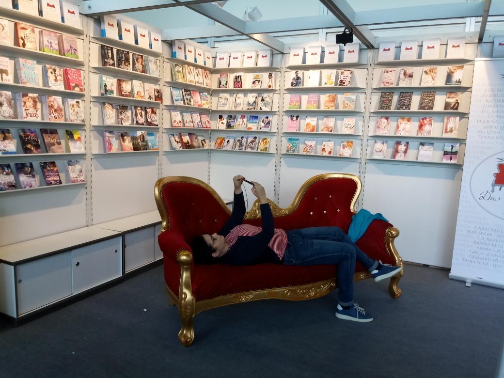 Carin Müller testet das Sofa auf Selfie-Tauglichkeit ;-)