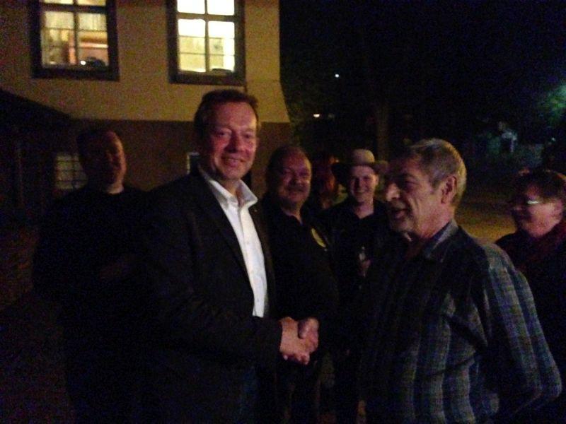 Bürgermeister Mues und Herrn Günter Schneider mit Mitgliedern des Schützenvereins Achenbach