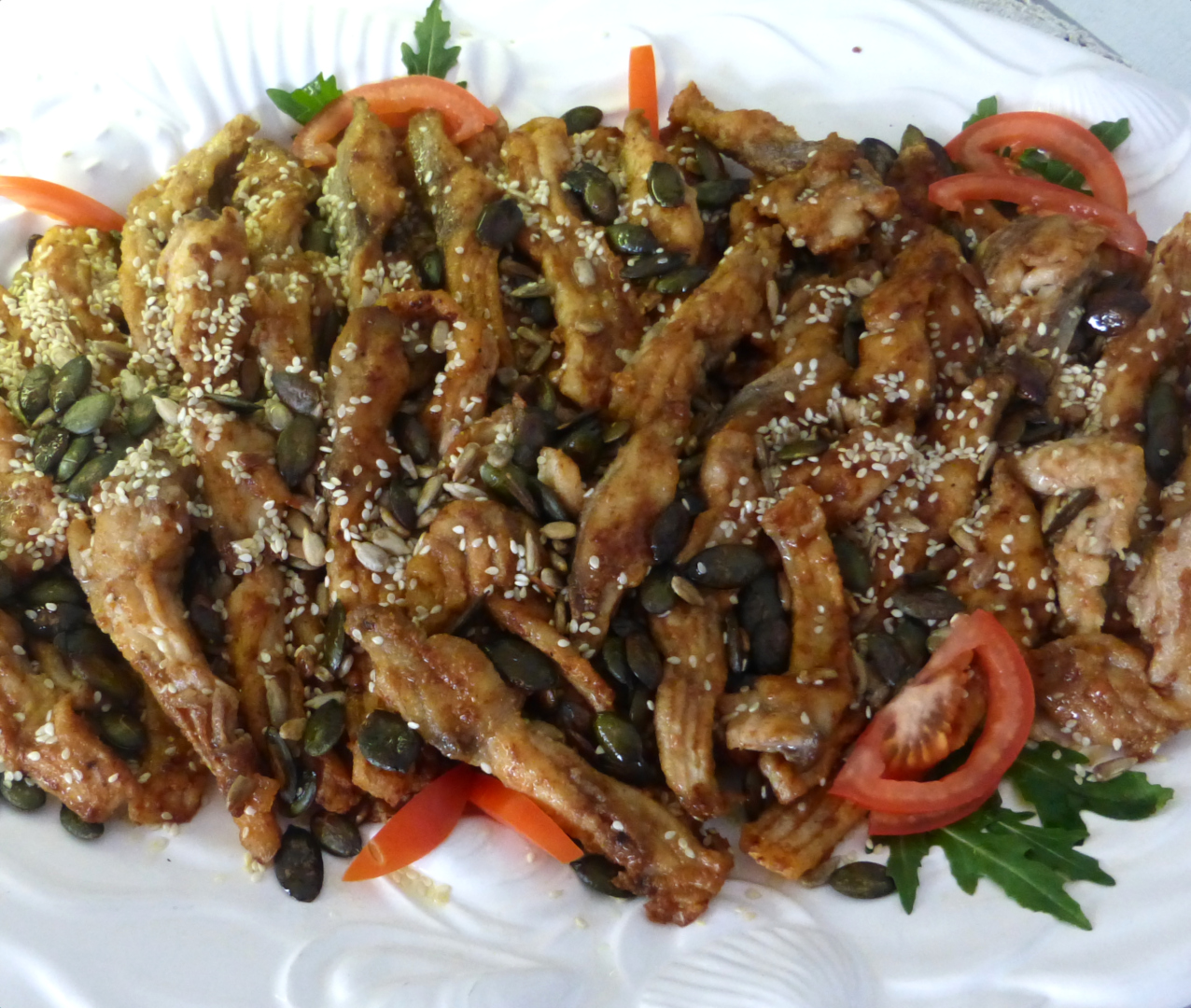 Salat vom Karpfenfilet mit Sesam und Kürbiskernen