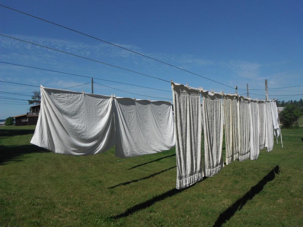 Ici aussi les tissus sechent au soleil!