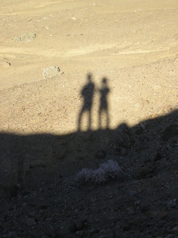 Nous surplombons nos ombres.
