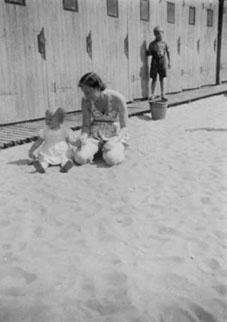 Früher im Flussbad: Frau Naedler mit ihrer Mutter im Sommer 1942 vor den Kabinen im Flussbad.