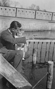 Früher im Flussbad: Wilhelm Müller junior mit seiner Tochter (Frau Naedler) im Sommer 1942 auf der Treppe zum Schwimmerbecken. Im Hintergrund: die Kabinen, die Kaimauer und das Nichtschwimmerbecken