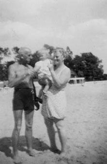 Der Flussbad-Pächter Wilhelm Müller senior mit seiner Frau Johanna und Enkelin Uta 1942