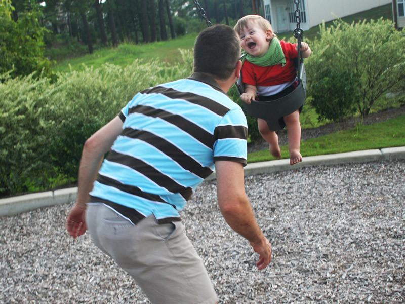 Auf einem Spielplatz mit Daddy