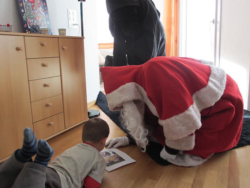 Jan zeigt ihm ein Bild von ihm (vom Samichlaus =)