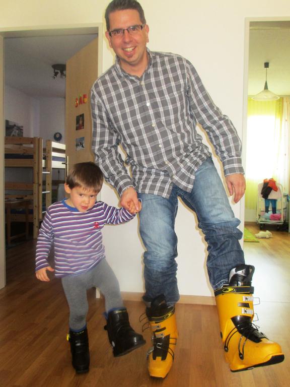 Hier testet er seine ersten Skischuhe mit Daddy
