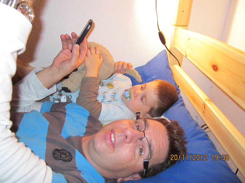 Zwei Männer vom iPhone fasziniert.