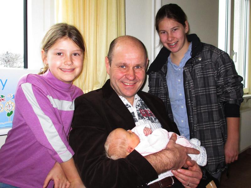 Zwei weitere Cousinen, Debora und Salome mit Hanspi