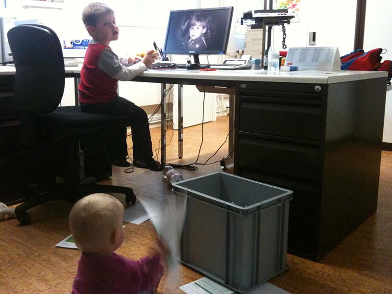 Zwei fleissige Bürohilfen von Mami.