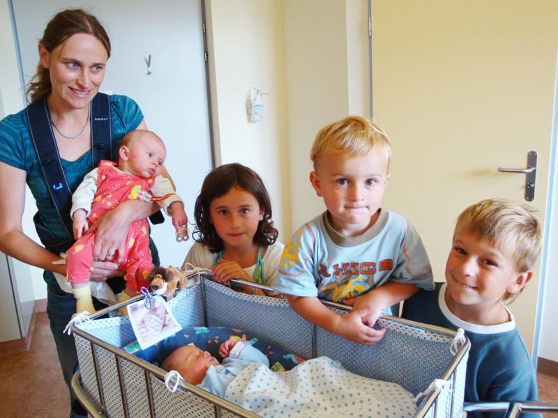 Edith mit Vivienne, Celine, Cedric und Dominic (Freunde meiner Eltern)
