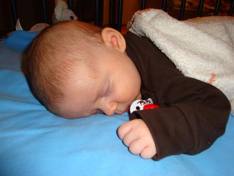 Auf dem Bauch schlafen hilft bei Magenkrämpfen.