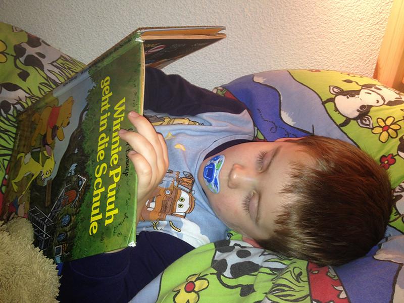 Jan schaut sich oft Bücher bis zum Einschlafen an