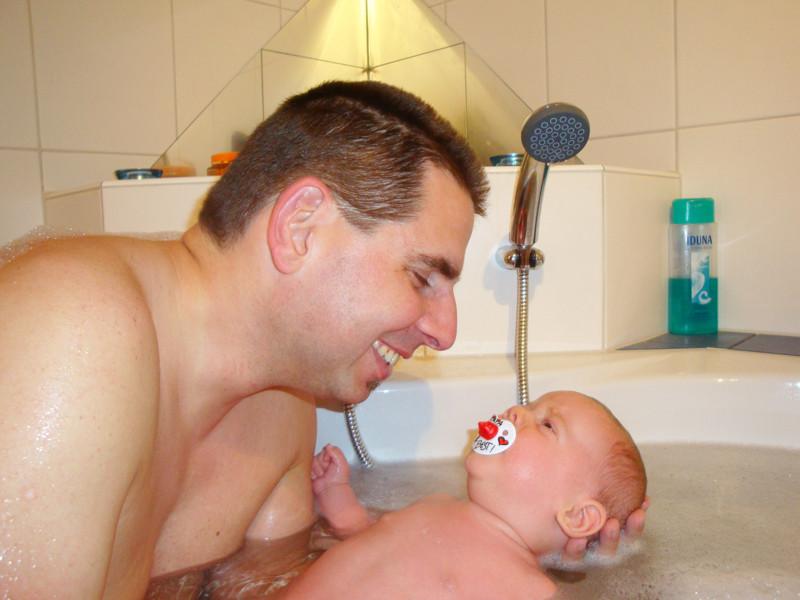 Mit Daddy zusammen ist das Baden ein bisschen weniger schlimm ;o)