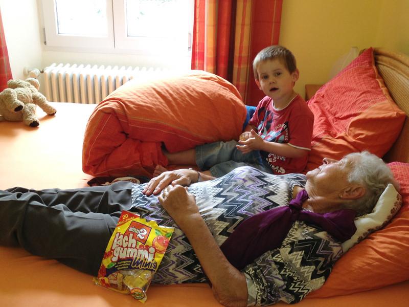 Jan bei Mami-Grosi - nicht nur wegen den Süssigkeiten