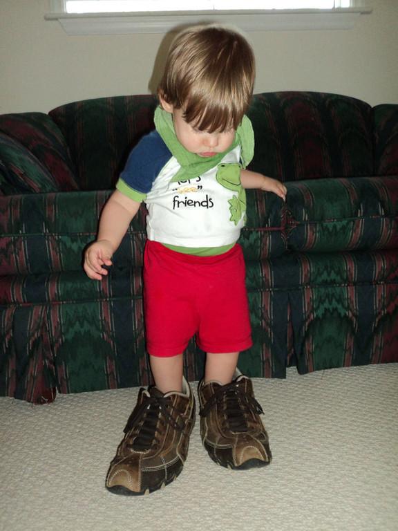 """""""Bekanntschaft"""" mit Daddy's Schuhen."""