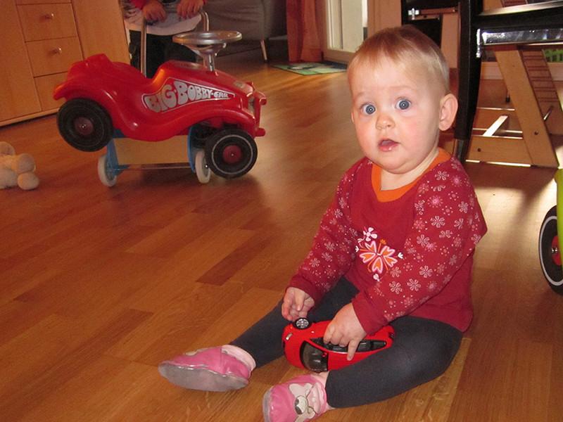 Bobbi-Car fahren im ganzen Wohnzimmer.