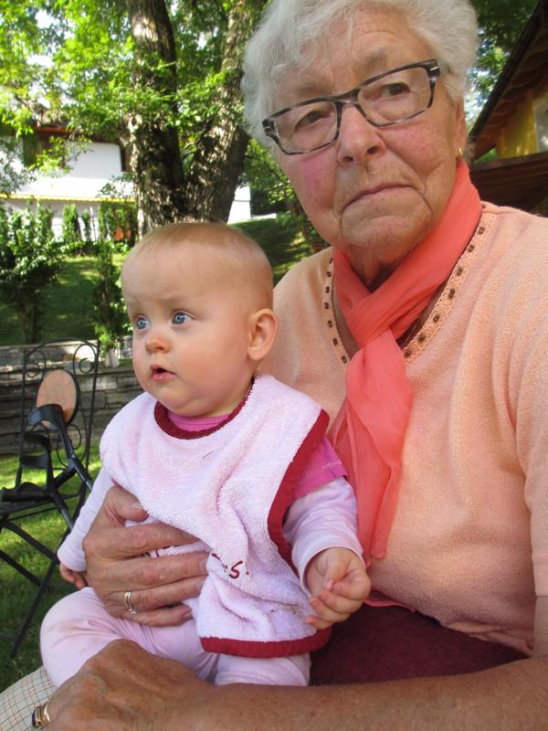 Mami-Grosi geniesst ihre Grosskinder