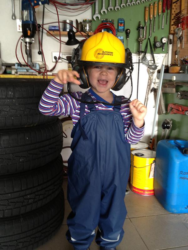 """Jan in der Garage von """"Mami-Grosi""""."""