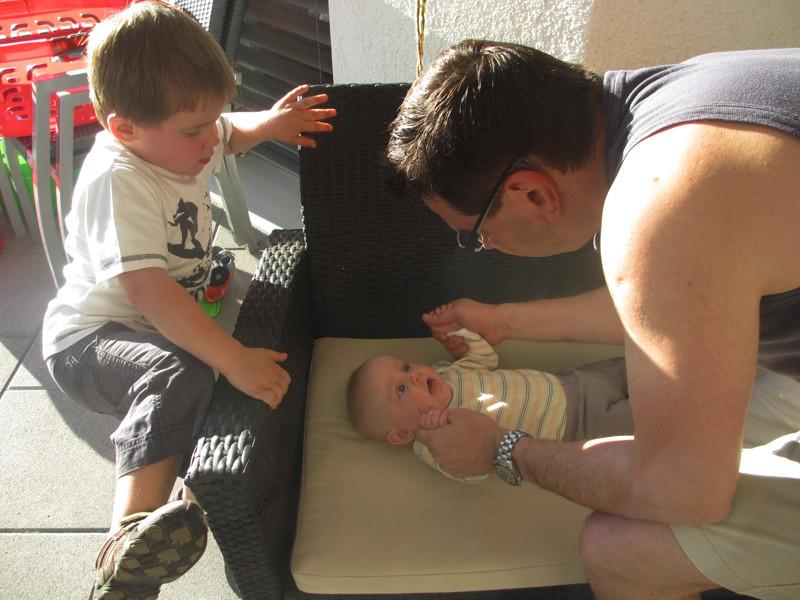 Spielen und lachen mit Daddy und Jan.