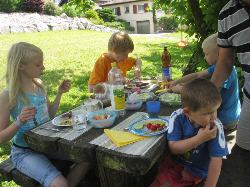 Das gefällt Jan - mit seinen Cousins an einem Tisch.