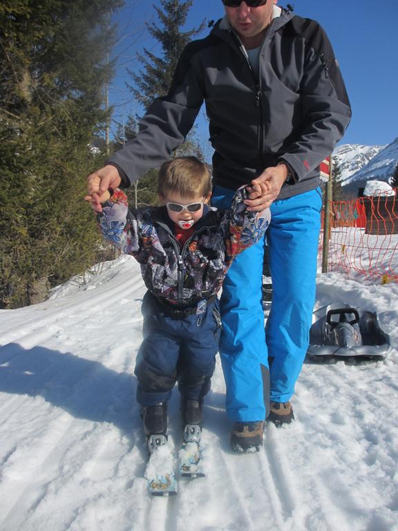 Und kurz darauf seine ersten Versuche auf den Skis.