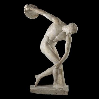 Le Discobole. Copie romaine en marbre de l'original en bronze sans doute réalisé par le sculpteur grec Myron au Ve siècle avant J.C. Hauteur : 2,05 mètres. Œuvre exposée aujourd'hui à la villa Hadrien de Tivoli en Italie.