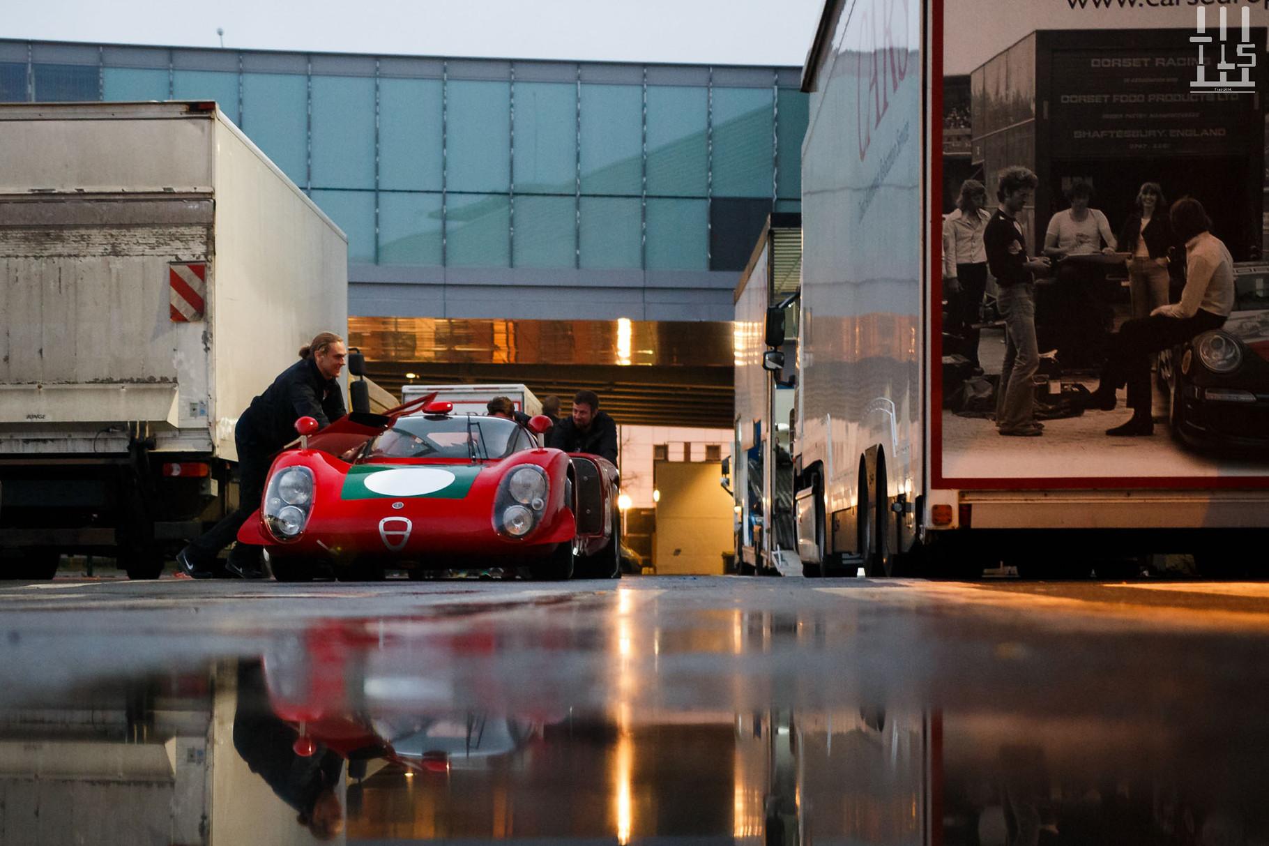 L'Alfa Romeo Tipo 33/2 Daytona Coupé châssis 019 aura l'honneur de se faire pousser jusqu'à son stand, j'ai nommé ... Fiskens !